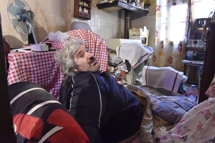 Alain Panabiere pada 27 Oktober 2020, saat duduk di dalam rumahnya di Perpignan, Perancis selatan. Pada Selasa (1/12/2020) pria berbobot 300 kg ini dievakuasi dari rumahnya ke rumah sakit, dengan bantuan 50 polisi dan para petugas penyelamat serta dokter.