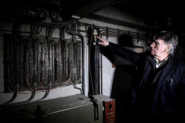 Sejarawan kereta api Perancis, Clive Lamming menunjukkan peralatan yang terpasang di ruang bawah tanah.