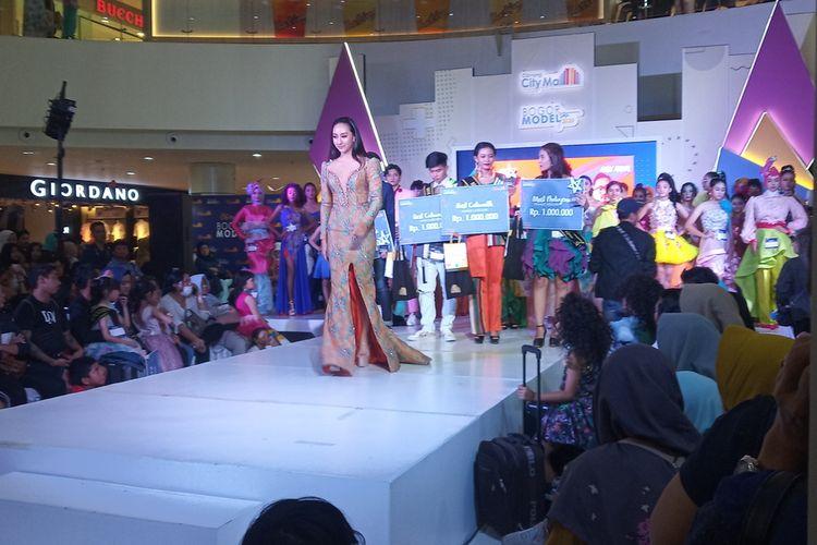 Para peserta fashion show melenggak-lenggok catwalk di Bogor Model Star (BMS) 2020 digelar di Cibinong City Mall (CCM).