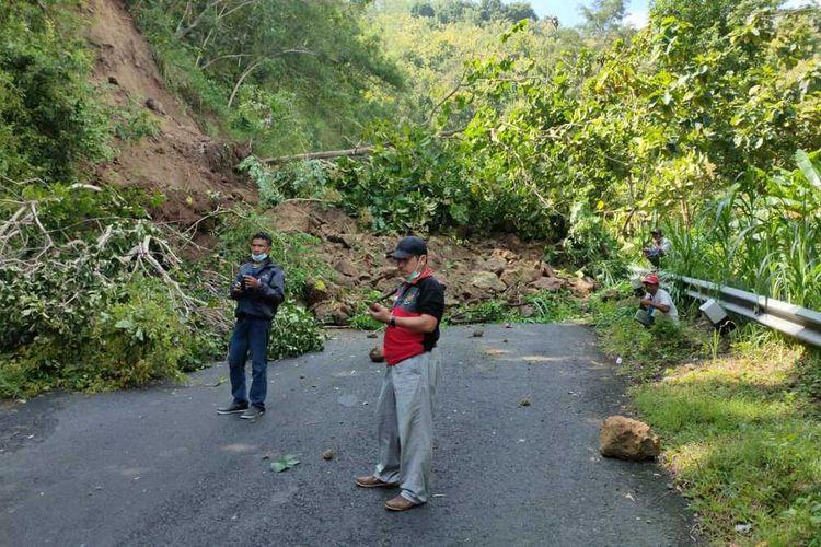 Tanah longsor di jalan Kenteng – Goa Kiskendo pada wilayah Pedukuhan Turusan, Kalurahan Pendoworejo, Kapanewon Girimulyo. Jalan ini salah satu ruas antara Kapanewon Nanggulan – Kapanewon Girimulyo.