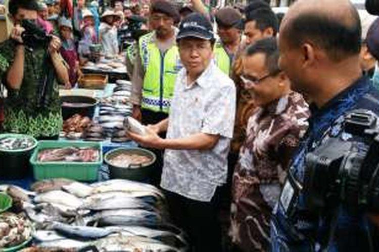 Rizal Ramli menteri koordinator bidang kemarritimam dan sumber daya alam bersama Bupati Banyuwangi saat berkunjung di pelabuhan ikan muncar