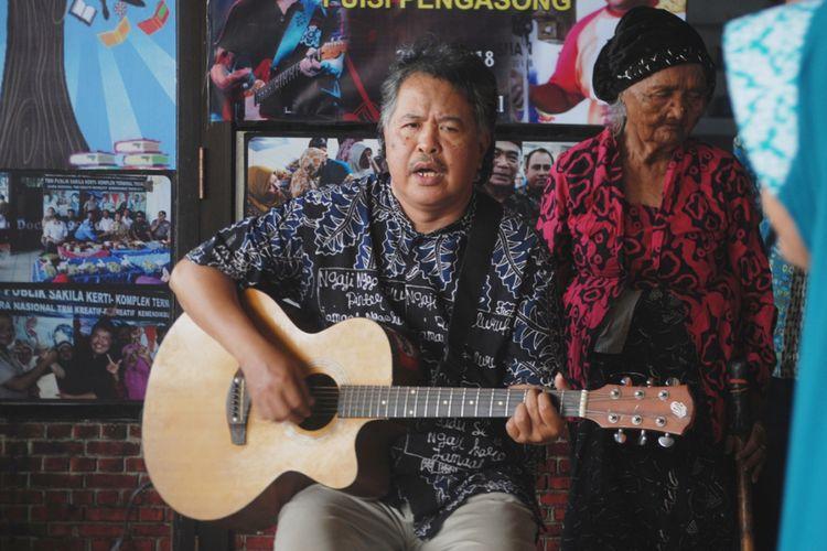 Pendiri dan Pengelola Taman Bacaan Masyarakat (TBM) Sakila Kerti, Yusqon bernyanyi di TBM Sakila Kerti, Terminal Kota Tegal, Jawa Tengah, Jumat (17/8/2018).