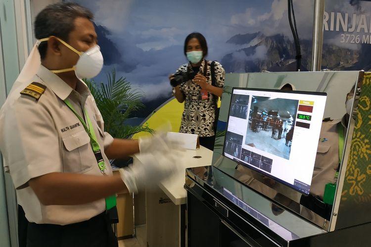 Koordjbator Kantor Kesehatan Pelabuhan (KKP) Bandara Internasional Lombok, Datu Kusumajati, mendeteksi penumpang yang masuk ke Bandara Internasional Lombok, mengunakan alat pemindai suhu tubuh atau thermal scanner, Sabtu (25/1/2020) sebagai upaya antisipasi masuknya virus novel corona ke Lombok.