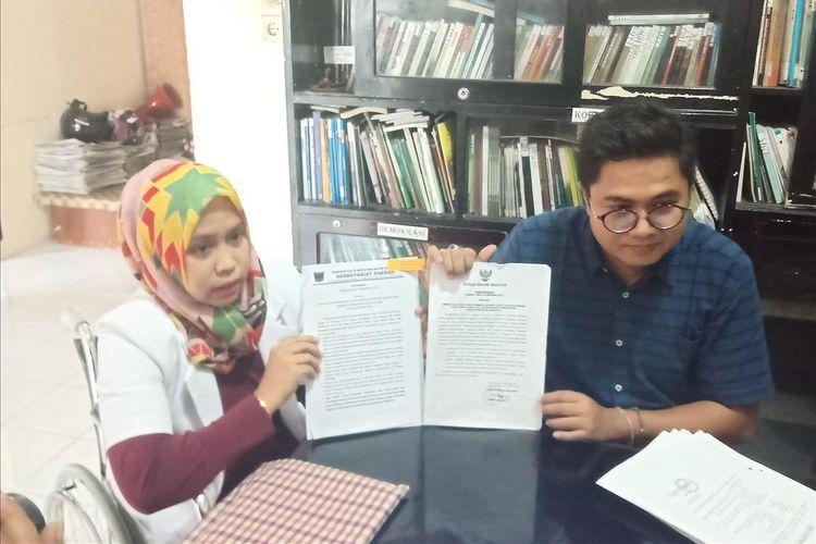 Drg Romi dengan pengacaranya Wendra memperlihatkan berkas yang disiapkan untuk gugatan hukum.