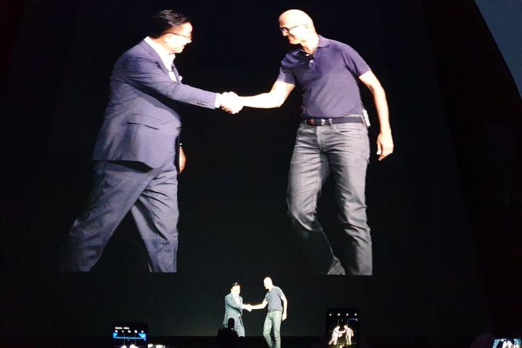Satya Nadella (kanan) dan DJ Koh (kiri) di atas panggung peluncuran Galaxy Note 10 di New York, Amerika Serikat.