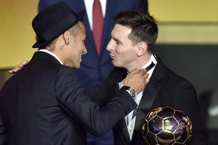 Neymar (kiri) menyampaikan ucapan selamat kepada Lionel Messi yang berhasil meraih gelar FIFA Ballon d'Or 2015 di Zurich, Swiss, Senin (11/1/2016) atau Selasa dini hari WIB.
