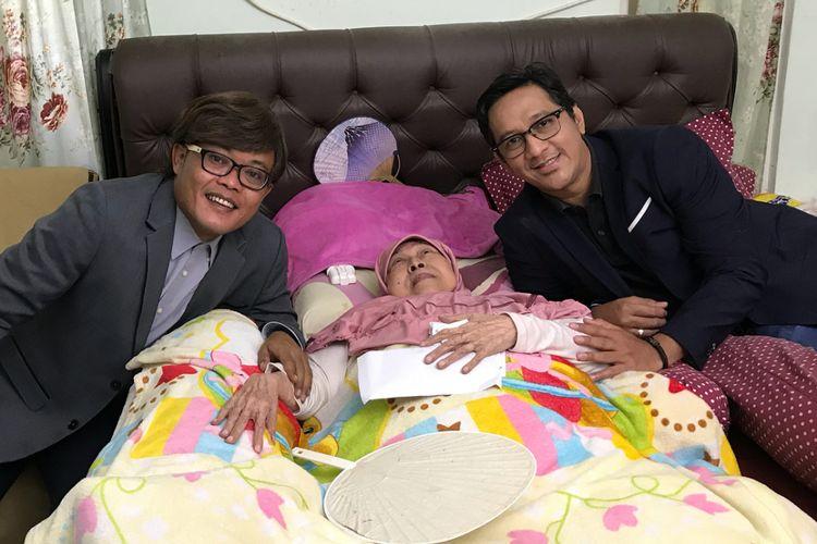Sule (kiri) dan Andre Taulany mengunjungi artis senior Aminah Cendrakasih yang sudah lama ingin bertemu dengan mereka.