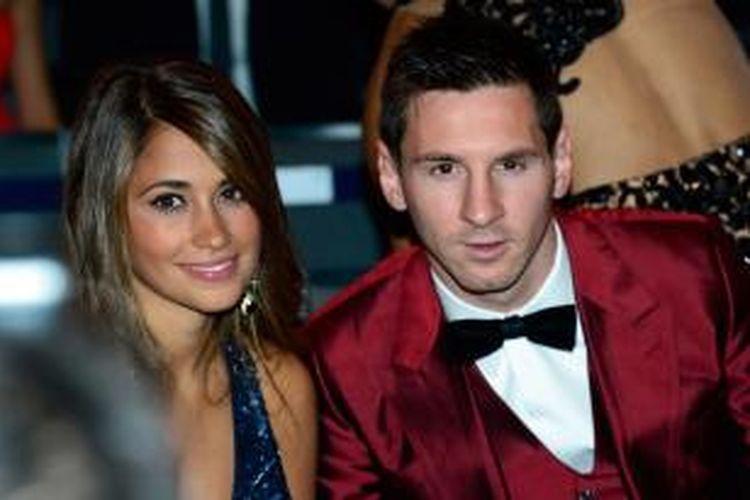 Bintang Barcelona, Lionel Messi (kanan) bersama kekasihnya Antonella Roccuzzo menghadiri malam penghargaan FIFA Ballon d' Or 2013 di Kongresshaus, Zurich, Senin (13/1/2014).