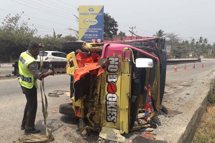 Truk bernomor polisi BE 9037 NE bermuatan bahan makanan terbalik setelah menabrak sepeda motor yang terparkir di Tanjakan Tarahan, Minggu (27/10/2019) pagi. Satu keluarga tewas dtabrak truk tersebut saat berswafoto.