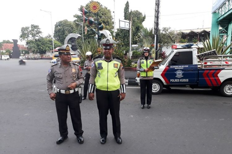 Anggota Satuan Lantas Polres Kudus, Jawa Tengah, Briptu Erlangga Hananda Seto (kanan).