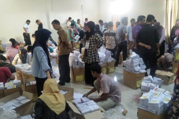 Warga yang melipat surat suara di KIP Aceh Utara, Provinsi Aceh, Sabtu (3/2/2019)