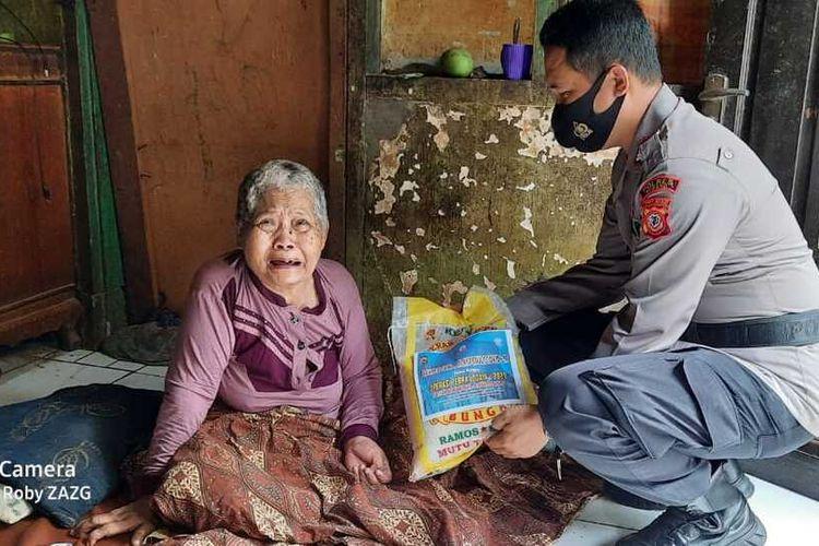 Anggota Polsek Purwadadi, Polres Subang, membagikan 30 karung beras kepada warga secara door to door, Minggu 1/1/2020).