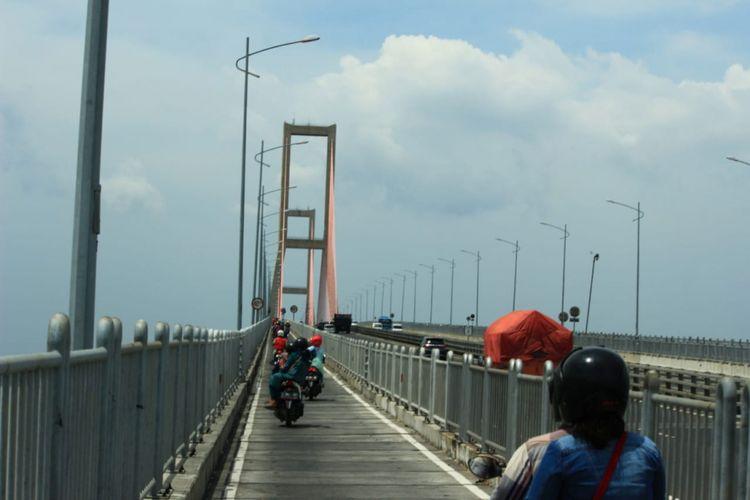 Sejumlah kendaraan melintas di Jembatan Suramadu sisi Madura, beberapa waktu lalu.