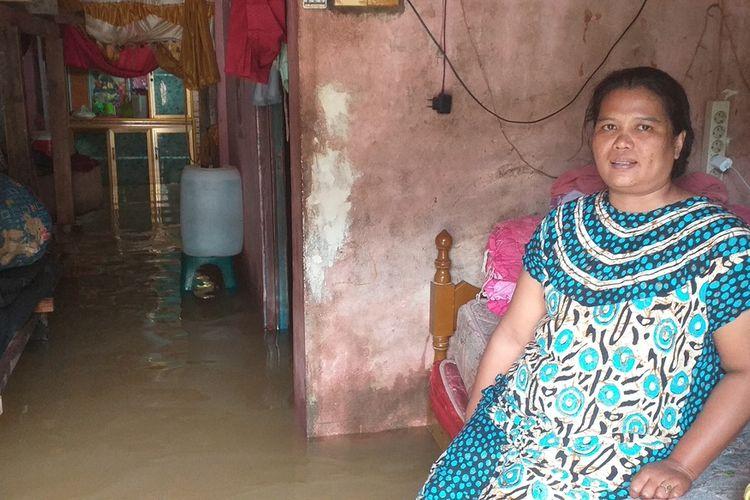 Yulianis (41) salah seorang korban banjir di Desa Pulau Rambai, Kecamatan Kampa, Kabupaten Kampar, Riau, yang masih bertahan di rumah, Minggu (15/12/2019). Saat ini luapan Sungai Kampar masih terus bertambah.