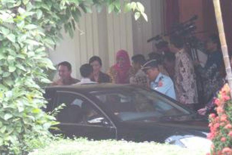 Plt Gubernur DKI Jakarta Basuki Tjahaja Purnama bersama Veronica Tan menyambut Joko Widodo di rumah dinas gubernur, Jalan Taman Suropati 7, Rabu (22/10/2014).