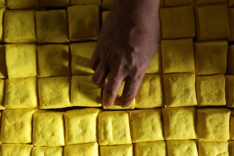 Pengrajin membuat tahu di kawasani pabrik tahu dan tempe Kalideres, Jakarta Barat, Rabu (19/9/2018). Pengrajin tempe dan tahu  mengadu terkait kenaikan dolar yang hampir menyentuh angka Rp 15.000 ke hadapan Menteri Perdagangan Enggartiasto Lukita.
