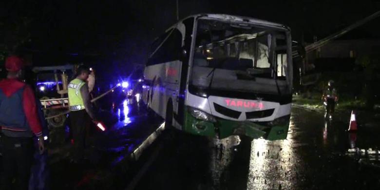 Bus terguling di Jalur Solo-Boyolali, Banyudono, Selasa (9/2/2016)