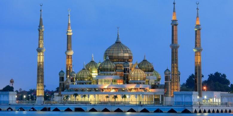 Pemandangan kilau kristal di Masjid Kuala Terengganu, Malaysia, saat malam hari.