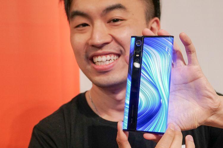 Country DIrector Xiaomi Indonesia Alvin Tse menunjukkan ponsel Mi Mix Alpha di Jakarta, Kamis (21/11/2019).