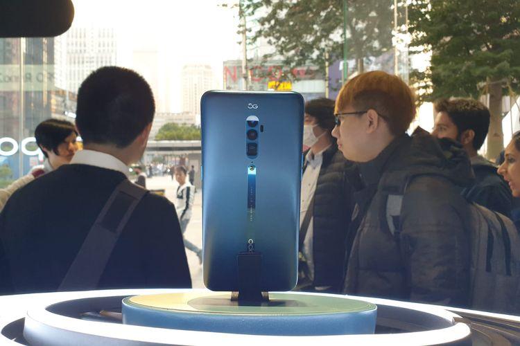 Oppo Reno 5G yang dipajang di Oppo Flagship Store di Shenzen, China