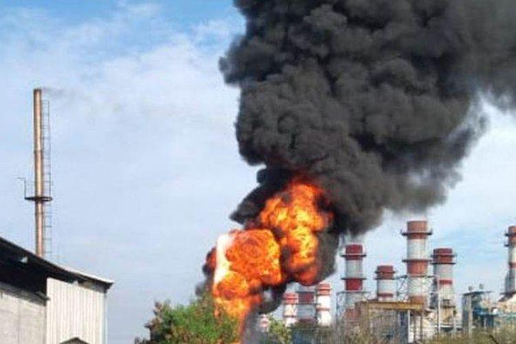 Kobaran api di proyek PLTU Indonesia Power, Kamis (17/6/2021). Karyawan di wilayah industri Pelabuhan Tanjung Emas berlarian saat melihat kobaran api.