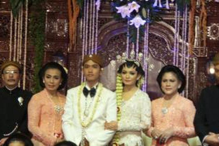 Mempelai Gibran Rakabuming Raka dan Selvi Ananda didampingi orangtua masing-masing saat acara resepsi pernikahannya di Graha Saba, Solo, Kamis (11/6/2015).