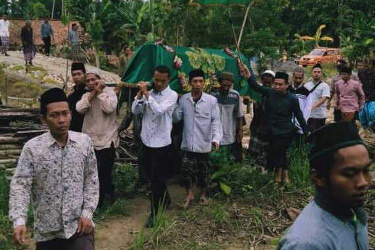 Suasana pemakaman Kiai Haji Wahyudi (58) di Dusun Sobotuwo, Desa Kronggen, Kecamatan Brati, Kabupaten Grobogan, Jawa Tengah, Senin (9/3/2020) sore.