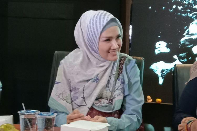 Mulan Jameela menghadiri aksi solidaritas di DPP Gerindra, Ragunan, Jakarta Selatan, Rabu (30/1/2019). Aksi solidaritas itu diadakan untuk menuntut keadilan atas vonis satu tahun enam bulan penjara terhadap Dhani atas kasus ujaran kebencian.