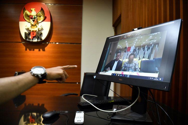Jurnalis menunjuk layar yang menampilkan sidang putusan dari terdakwa kasus dugaan suap penyaluran pembiayaan skema bantuan pemerintah melalui Kemenpora kepada KONI, Miftahul Ulum di kantor KPK, Jakarta Selatan, Senin (15/6/2020). Majelis Hakim memvonis asisten mantan Menpora Imam Nahrawi tersebut dengan hukuman 4 tahun penjara dan denda Rp200 juta subsider tiga bulan kurungan. ANTARA FOTO/Sigid Kurniawan/pras.