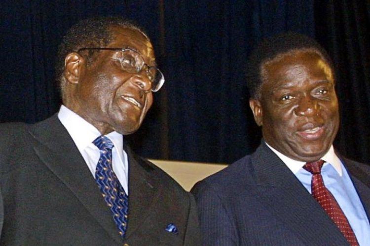 Dalam foto yang diambil pada 2004 ini, terlihat Presiden Zimbabwe Robert Mugabe berbicara dengan Emmerson Mnangagwan yang saat itu baru menjadi kandidat wakil presiden.