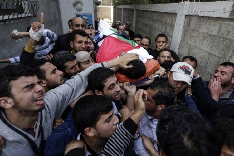 Para pelayat dan wartawan membawa jenazah wartawan Palestina Yasser Murtaja di Gaza City, Sabtu (7/4/2018). (AFP/Mahmud Hams)