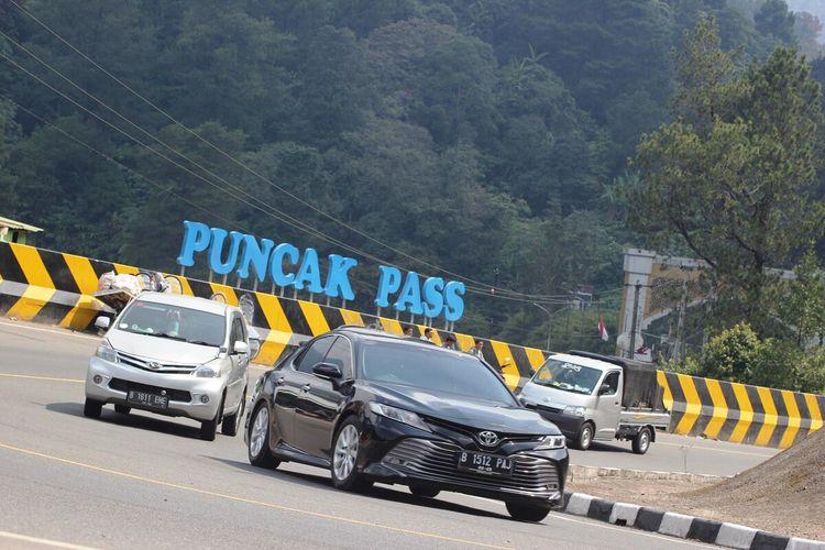 Sejumlah kendaraan melintas di jalur Puncak Cianjur, Jawa Barat, Kamis (2/9/2021) petang. Terhitung hari ini jajaran Satlantas Polres Cianjur mulai memberlakukan ganji genap.