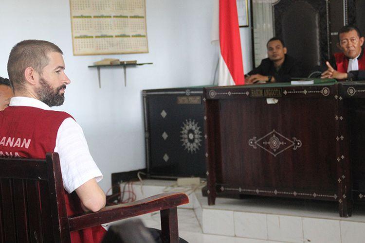 Mataram, Kompas.Com Sidang pertama Dorfin Felix (35) WNA asal Francis, terdakwa kasus kepemilikan narkotika, berlangsung di Pengadilan Negeri Mataram, Senin siang (4/3)