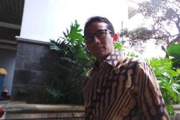 Bakal calon wakil gubernur DKI Jakarta Sandiaga Uno (pakai batik coklat) di Balai Kota DKI Jakarta, Senin (26/9/2016).