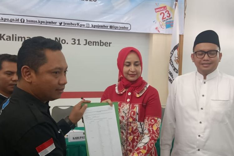Pasangan Faida Fian yang merupakan calon petahan saat mendaftarkan diri dari jalur independen di KPU Jember