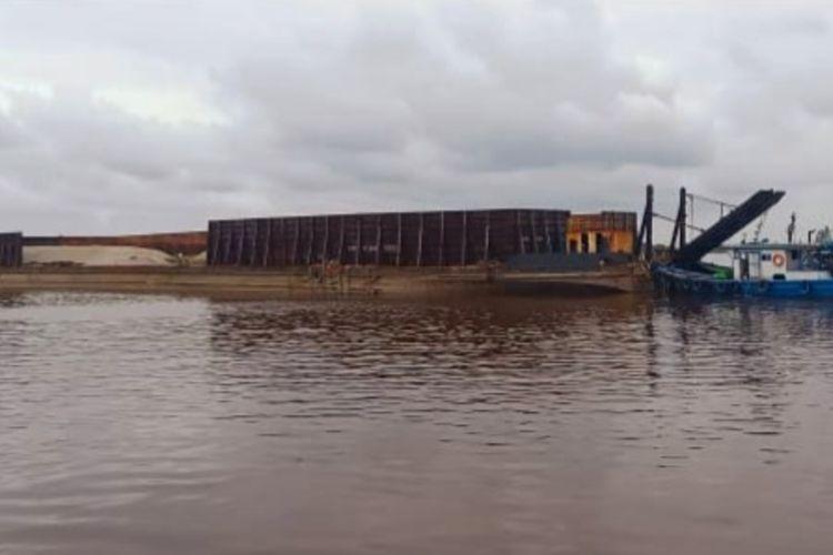 Polda Kalimantan Barat (Kalbar) menyita kapal tongkang bernama Barlian 3311 dan 5 tugboat yang diduga membawa surat izin layar palsu.
