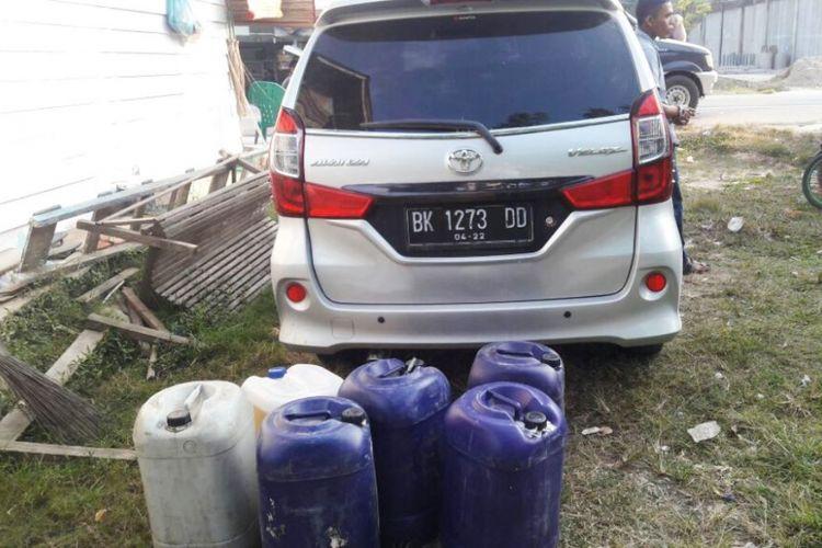 Tim Polsek Julok, Kabupaten Aceh Timur, mengamankan 12 jeriken bensin di dalam mobil Toyota Avanza dengan nomor polisi BK 1273 DD di Desa Ulee Tanoh, Kecamatan Julok, Kabupaten Aceh Timur, Senin (19/2/2018).