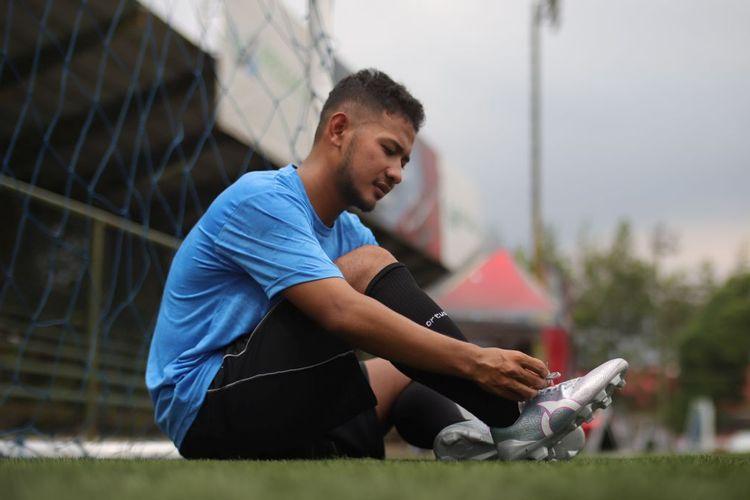 Pemain Persib Bandung, Gian Zola Nasrulloh, memakai sepatu Ortuseight dengan teknologi Quick Fit.