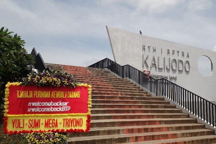 Sebuah papan ucapan kebebasan Basuki Tjahaja Purnama terpasang di RPTRA Kalijodo, Tambora, Jakarta Barat pada Kamis (24/1/2019).