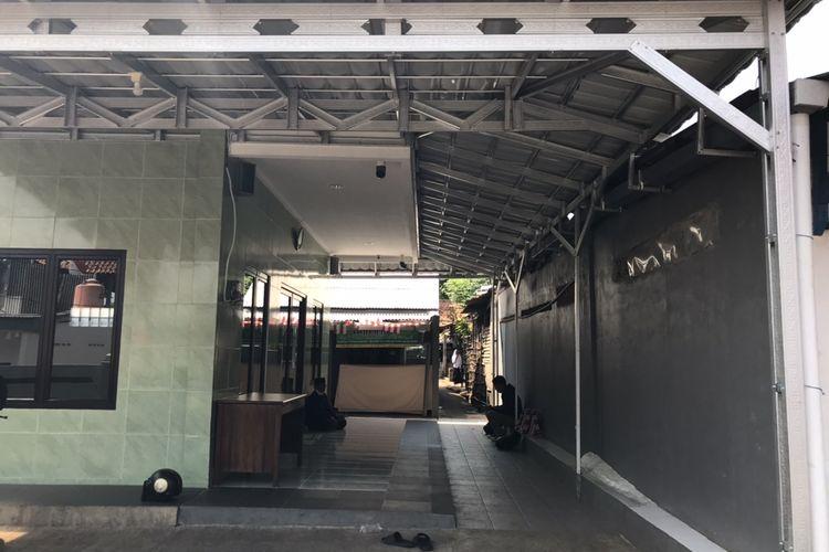 Suasana teras luar Mushalla Al-Ikhlas di Haji Saikin, Pondok Pinang, Kebayoran Lama, Jakarta, Rabu (26/8/2020) siang.