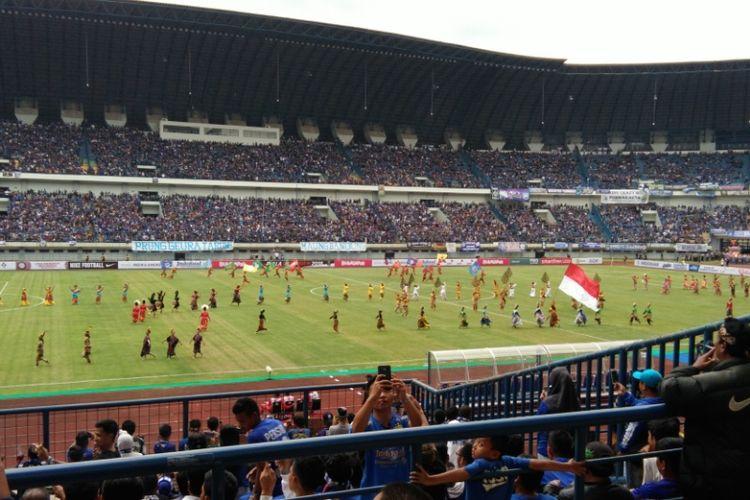 Para penari saat tampil di hadapan penonton dalam avara pembukaan Piala Presiden 2018 di Stadion Gelora Bandung Lautan Api (GBLA), Selasa (6/1/2018).