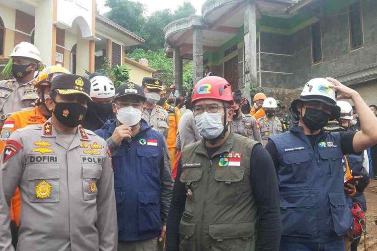 Gubernur Jawa Barat Ridwan Kamil meninjau lokasi longsor di Cimanggung, Sumedang, Jawa Barat, Minggu (10/1/2021) siang. AAM AMINULLAH/KOMPAS.com