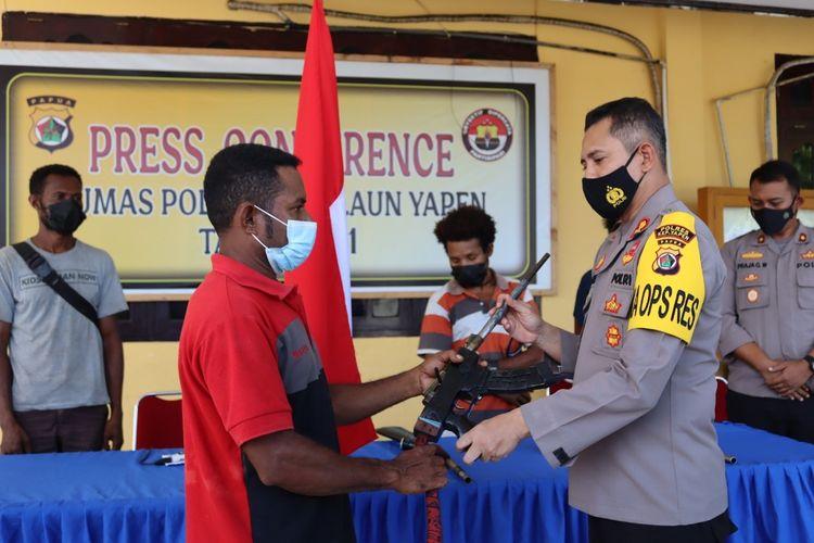 Salah satu anggota KKB saat menyerahkan senjata api rakitan kepada Kapolres Kepulauan Yapen AKBP Ferdyan Indra Fahmi, Senin (26/4/2021).