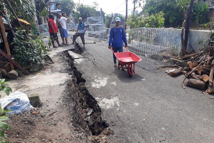 Jalan Kesatrian X, Kelurahan Kebon Manggis, Matraman, Jakarta Timur, yang amblas, Selasa (3/3/2020).