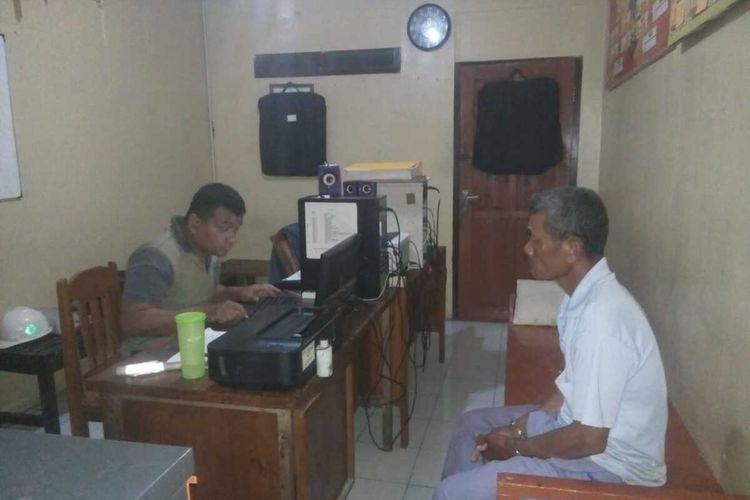 Sujarwo (60) lanjut usia asal  Kalurahan Karangwuluh, Kapanewon Temon, Kulon Progo, Daerah Istimewa Yogyakarta. Ia menjalani pemeriksaan di Polsek Temon.