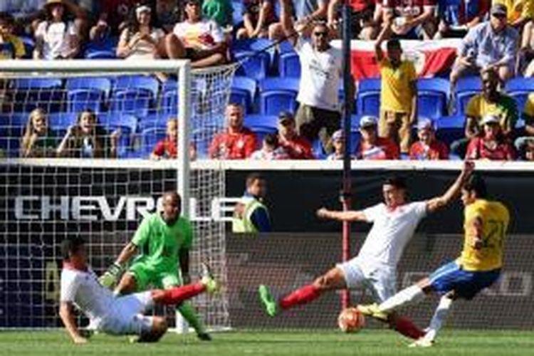 Hulk (kanan) mencetak gol tunggal Brasil saat partai uji coba melawan Kosta Rika di Red Bull Arena, New Jersey, Sabtu waktu setempat atau Minggu (6/9/2015) dini hari WIB.