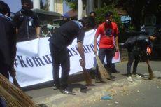 Darurat Sampah, Komunitas di Garut Bersatu Bersihkan Alun-alun