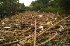 Butuh Dua Pekan Angkut Tumpukan Sampah Bambu di Kali Cikeas Jatiasih