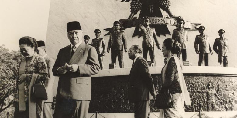 Presiden Soeharto bertindak sebagai inspektur upacara pada peringatan Hari Kesaktian Pancasila di Lubang Buaya, Jakarta Timur hari Kamis (1/10/1987). Kepala Negara dan Ny Tien Soeharto serta Wapres dan Ny Karlinah Umar Wirahadikusumah selesai upacara melakukan peninjauan keliling.