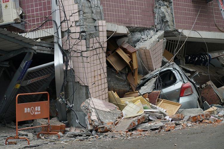 Sebuah mobil hancur tertimpa gedung yang ambruk akibat gempa bermagnitudo 6,4 yang mengguncang kota Hualien di pesisir utara Taiwan, Selasa (6/2/2018).